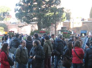 Di fronte al Colosseo